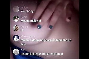 Novinha mostrando os peitos na live