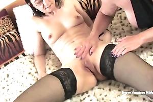 Vecchie lesbiche annoiate in casa scopano appassionatamente